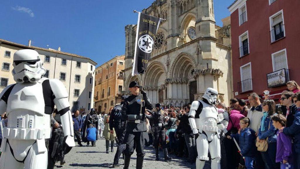 La Guardia Imperial desfila por el casco histórico de Cuenca