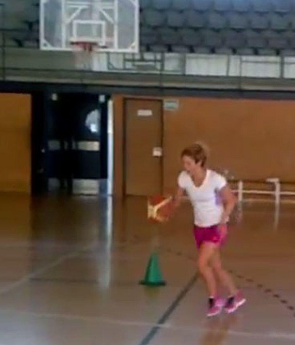 Shakira, jugando al baloncesto