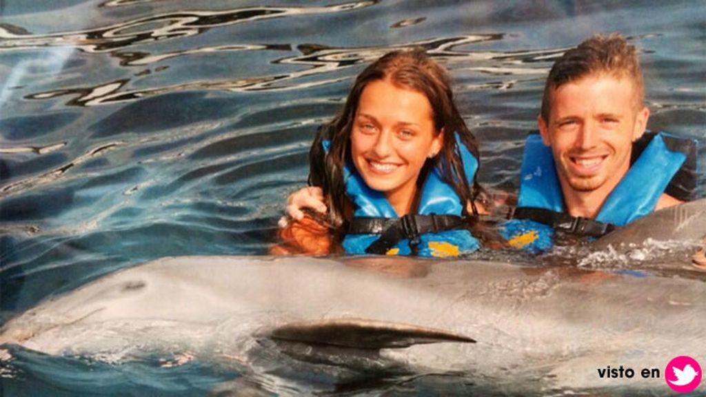 También le gustan los delfines, y este verano disfrutó con Iker de un baño entre ellos