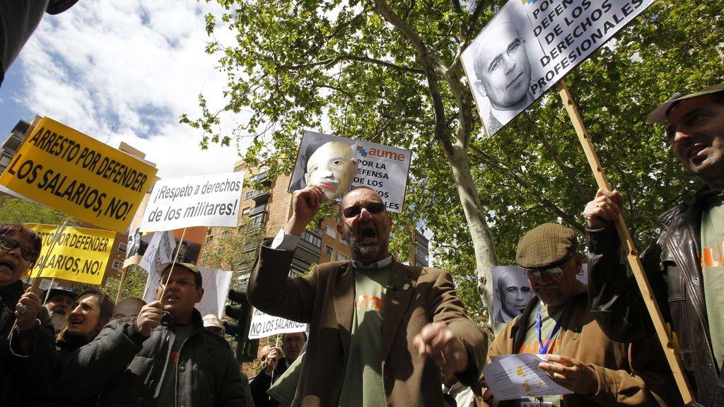 Un centenar de personas se manifiestan ante el Ministerio de Defensa