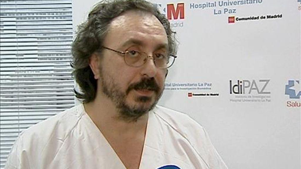 Santiago Yus, coordinador de trasplantes del Hospital Universitario La Paz, atiende a la prensa después de participar en el transplante multiorgánico de hígado, estómago, duodeno, intestino delgado y páncreas, que ha recibido un niño de cuatro años en el hospital madrileño. EFE