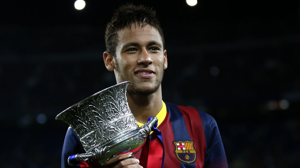 El brasileño del FC Barcelona Neymar Da Silva con el trofeo de la Supercopa de España