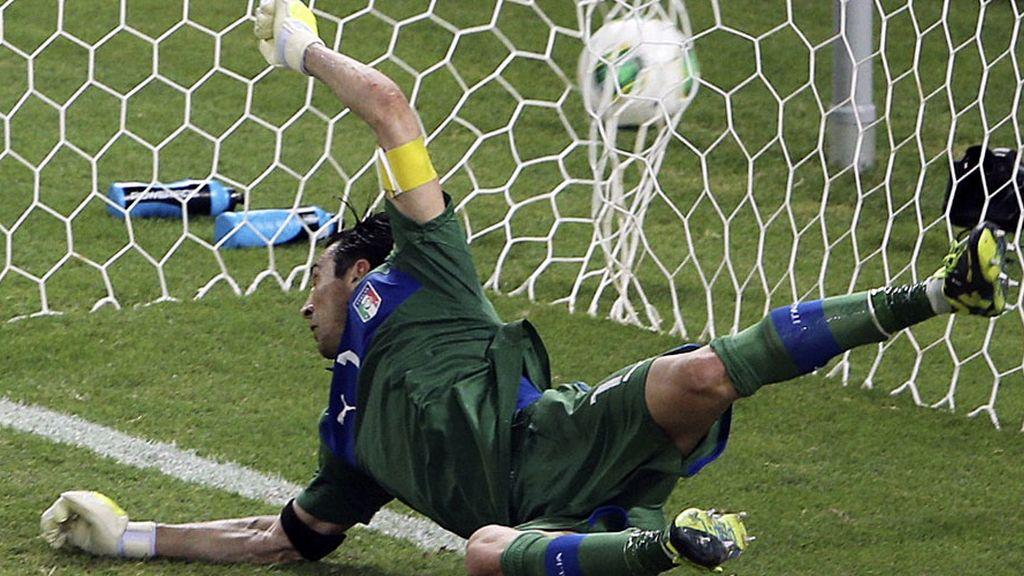 Buffon no puede parar el último penalti de Navas