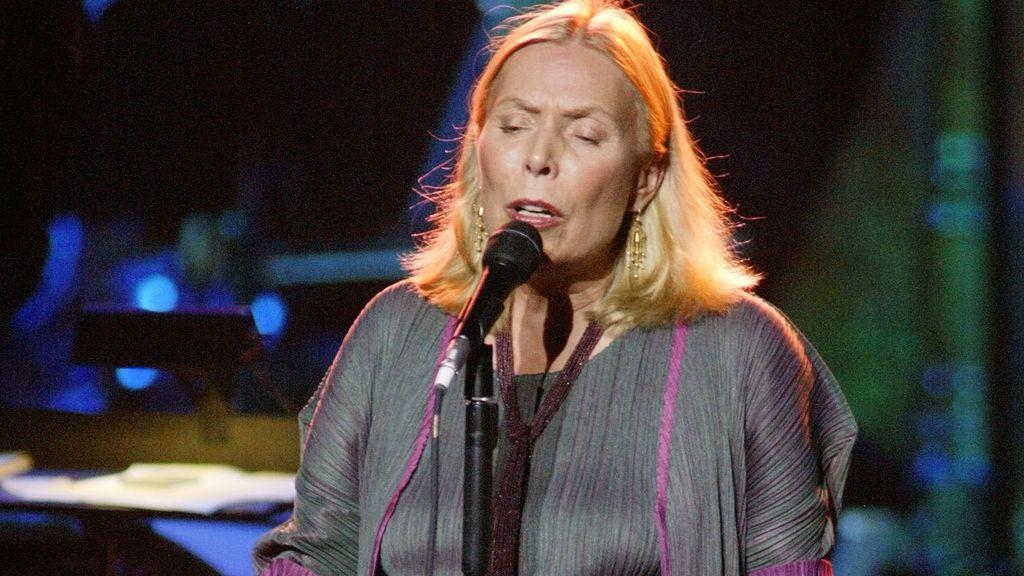 La cantautora Joni Mitchell, hospitalizada en Los Ángeles