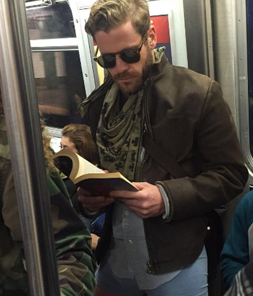 La moda de los 'Hot Dudes Reading' que arrasa en las redes