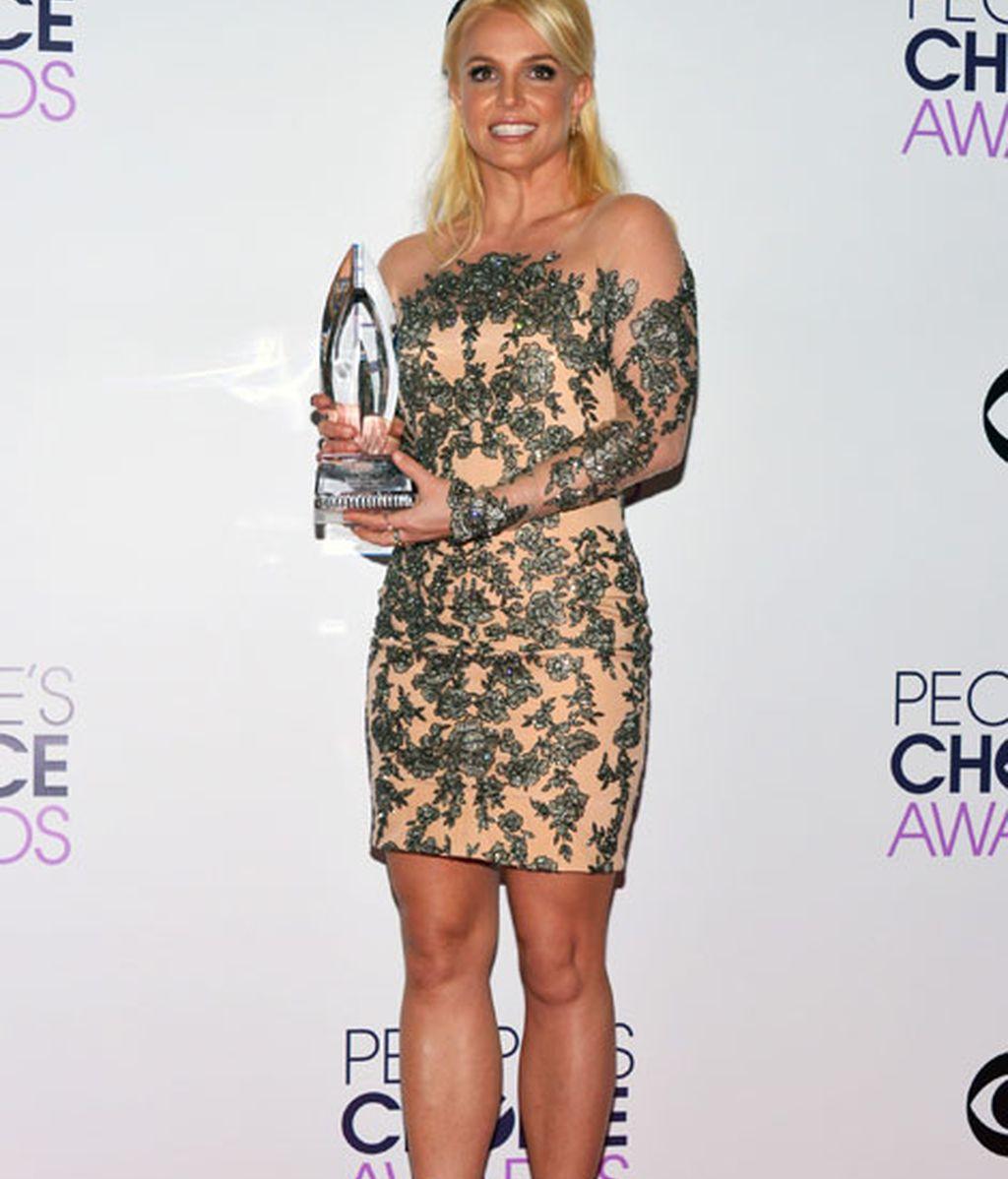 Britney Spears con un vestido en tonos nudes y pedrería, diseño de Mikael D