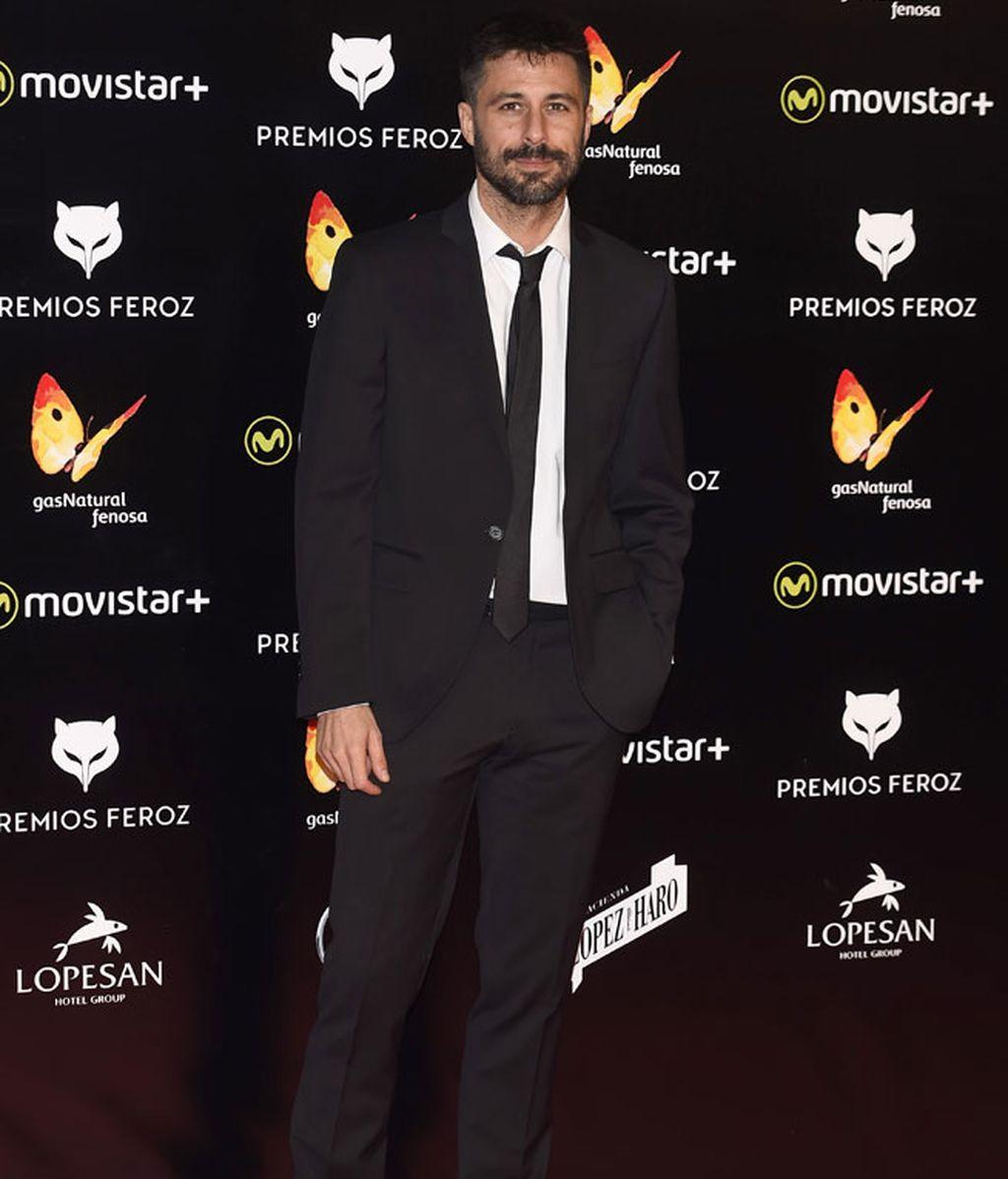 Hugo Silva de traje, con camisa blanca y corbata negra