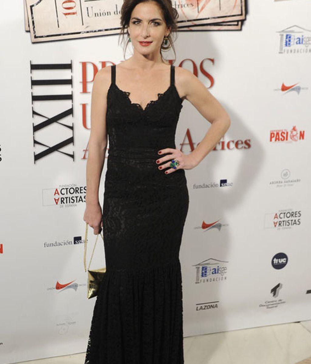 Belén López con un vestido negro