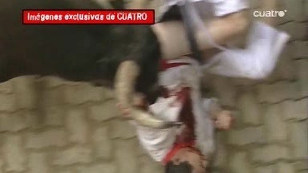 IMÁGENES EXCLUSIVAS: Ermitaño se encela con un mozo en la entrada del Callejón