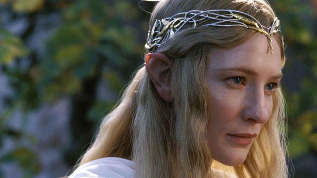 Se corta las orejas para parecer una Elfa