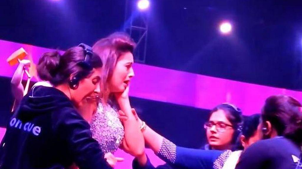 Un espectador abofetea a una presentadora en la India por enseñar demasiado