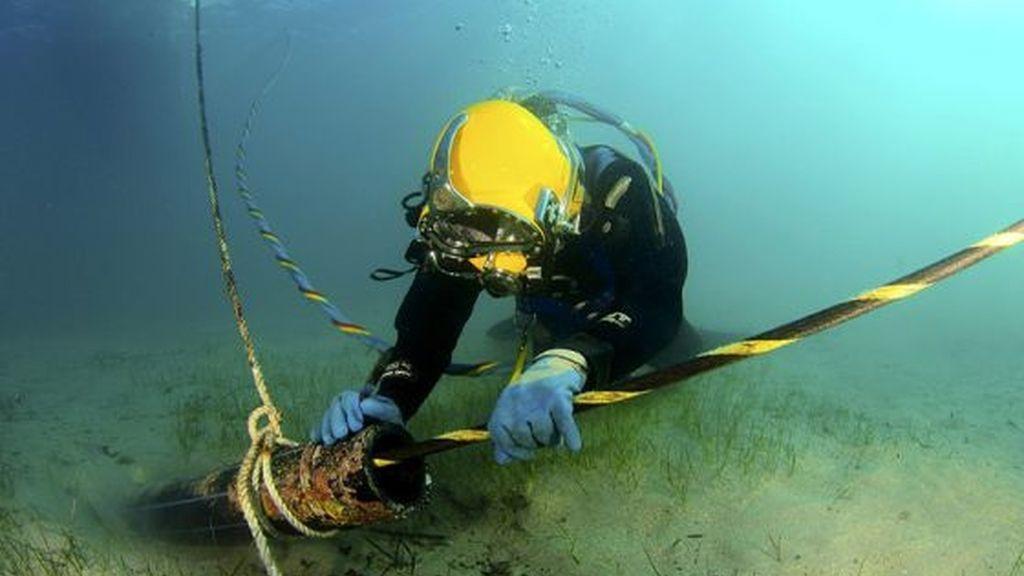 Trabajo de reparación de un cable submarino de fibra óptica