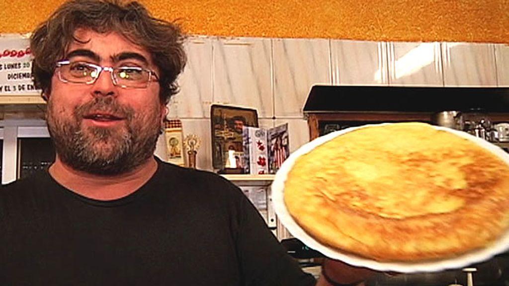 Camarero con tortilla de patatas
