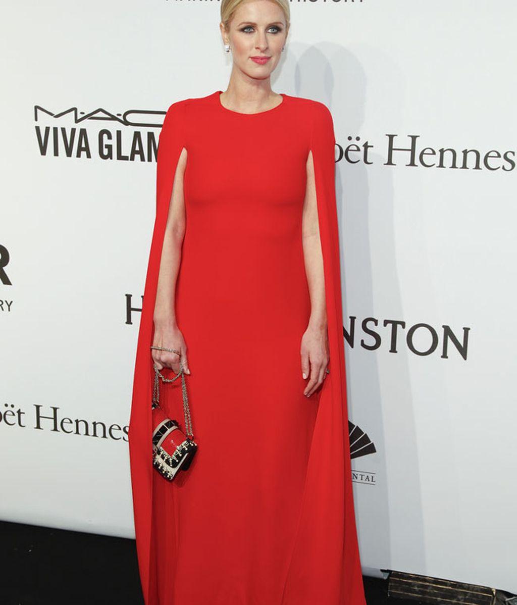 Nicky Hilton también optó por el rojo, el color de la lucha contra el SIDA