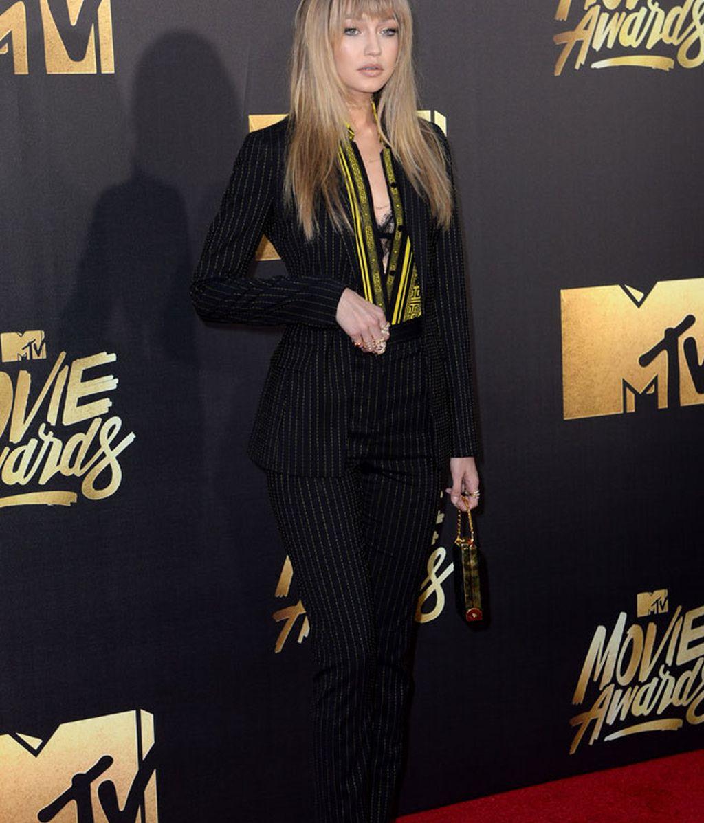 La modelo Gigi Hadid con traje de chaqueta a rayas de Versace