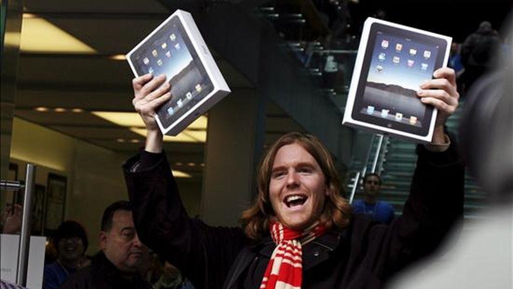 Un joven muestra este sábado el nuevo ordenador tabla de Apple, el iPad, en San Francisco, Estados Unidos. EFE