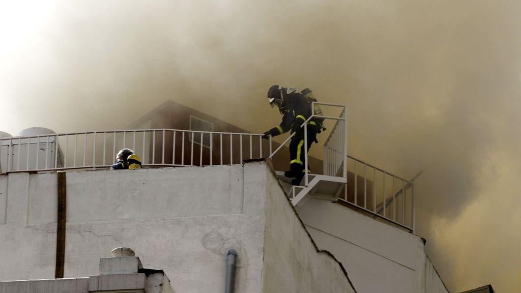 Un bombero se adentra en la columna de humo