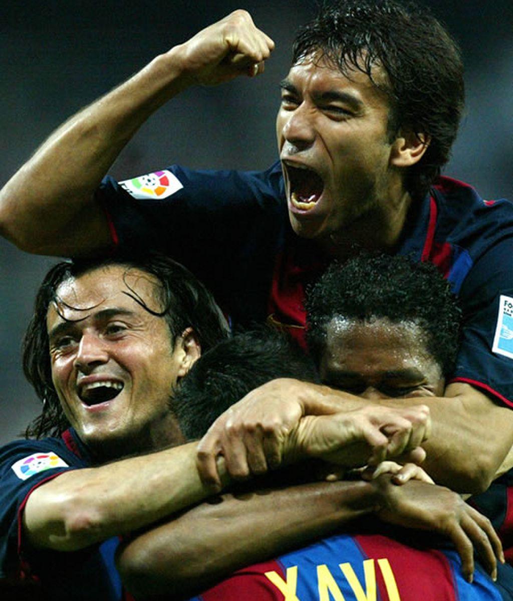 En abril del 2004 Xavi marca un gol y sus compañeros le rodean para celebrarlo
