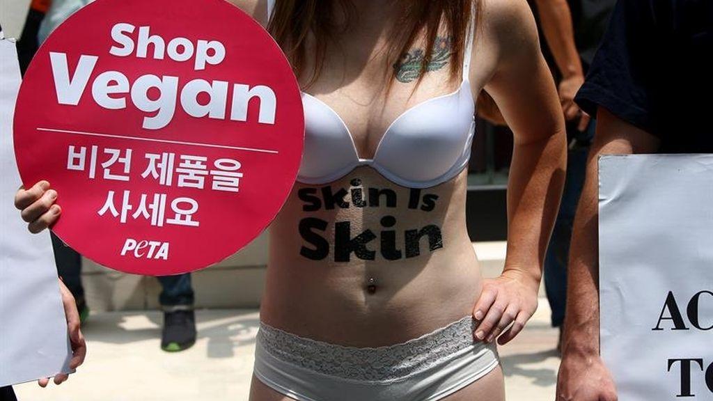 Protesta contra la firma Prada por fabricar bolsos de piel animal
