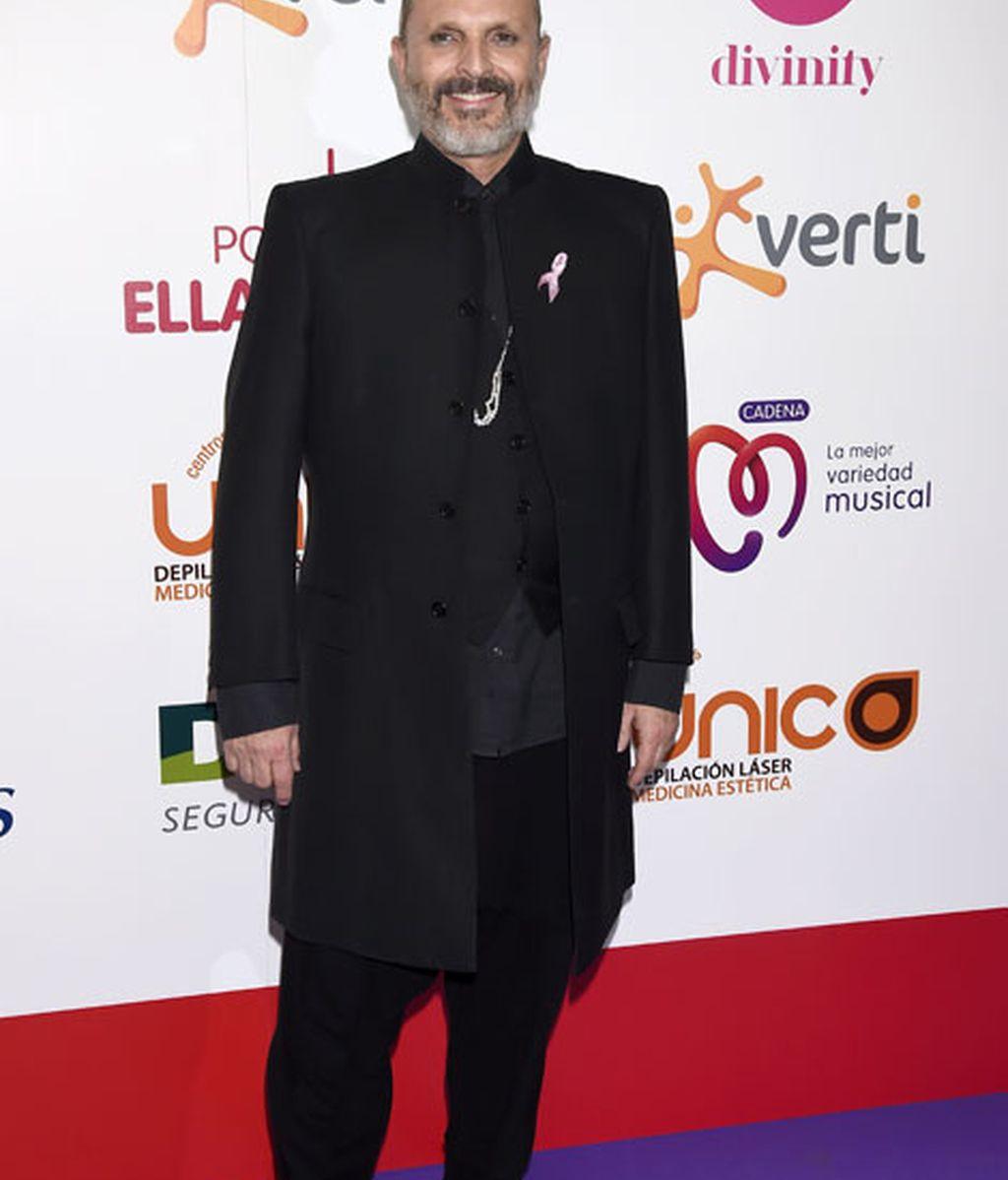 Miguel Bosé le dió un toque rosa a un elegante negro