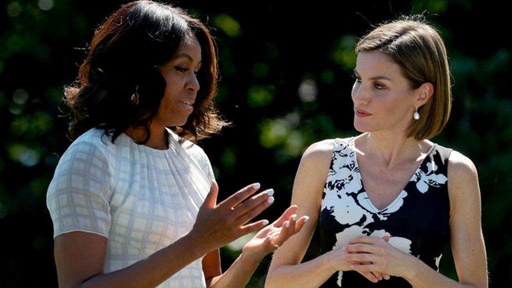Michelle Obama eligió un sencillo vestido blanco con mangas transparentes