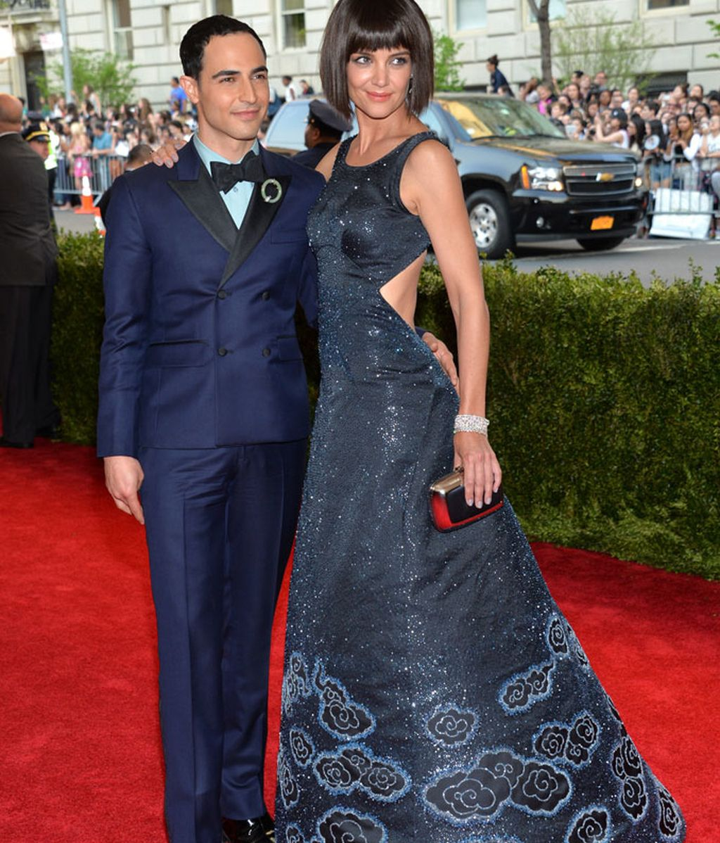 Katie Holmes junto al diseñador de su vestido, Zac Posen