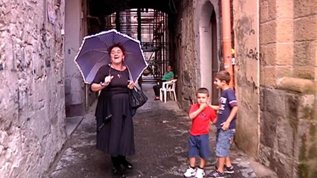Una mujer napolitana cantando en plena calle