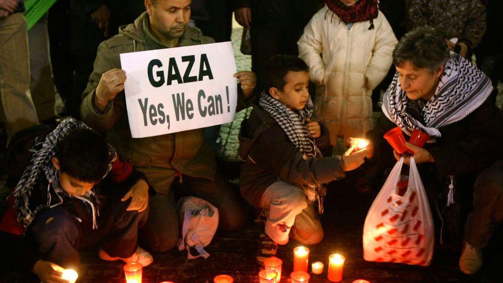 Niños palestinos protestan por los ataques del ejército israelí