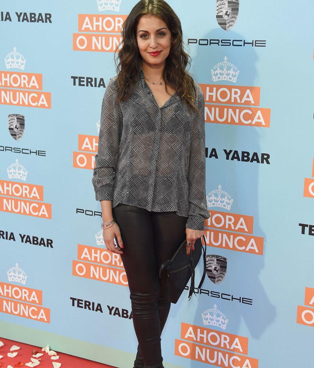 Hiba Abouk con camisa transparente y leggins de cuero