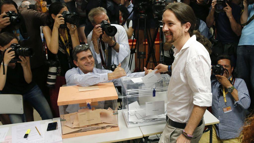 Pablo Iglesias vota en su colegio electoral de Vallecas, Madrid