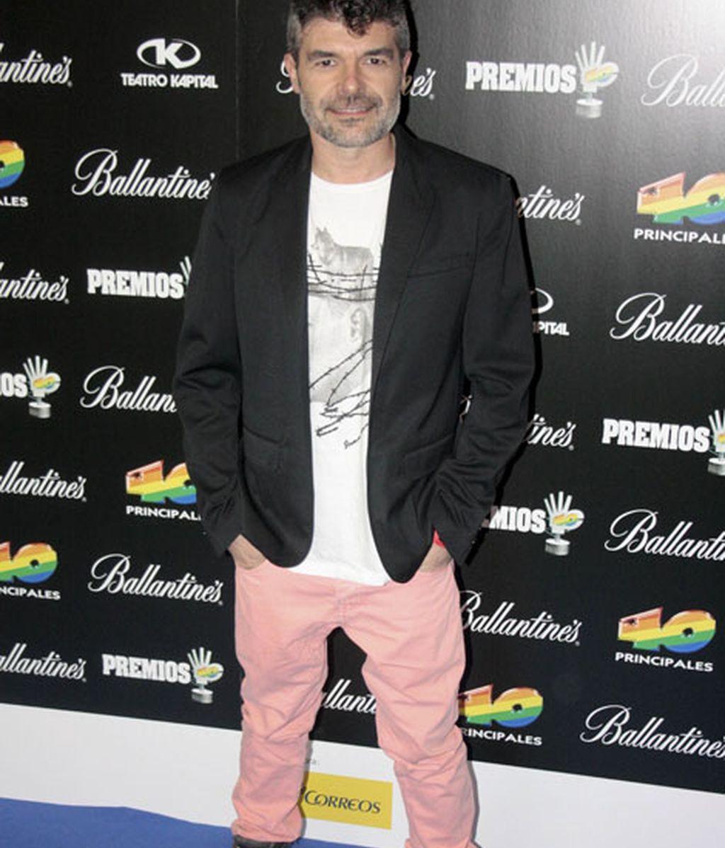 El actor Nacho Guerrero combinó una americana y botas militares