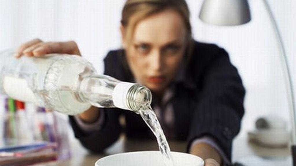 Mujer bebiendo alcohol