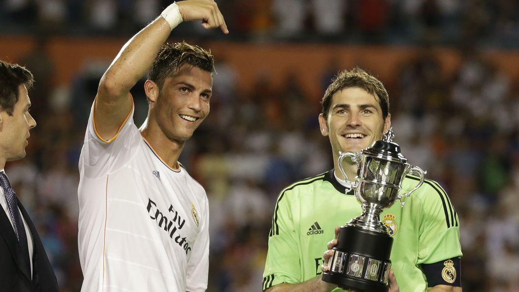 Ronaldo señala a Casillas mientras este levanta la International Champions Cup