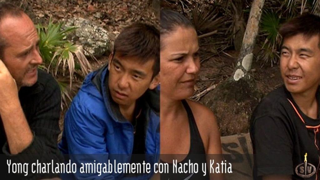 Yong charlando amigablemente con Nacho y Katia
