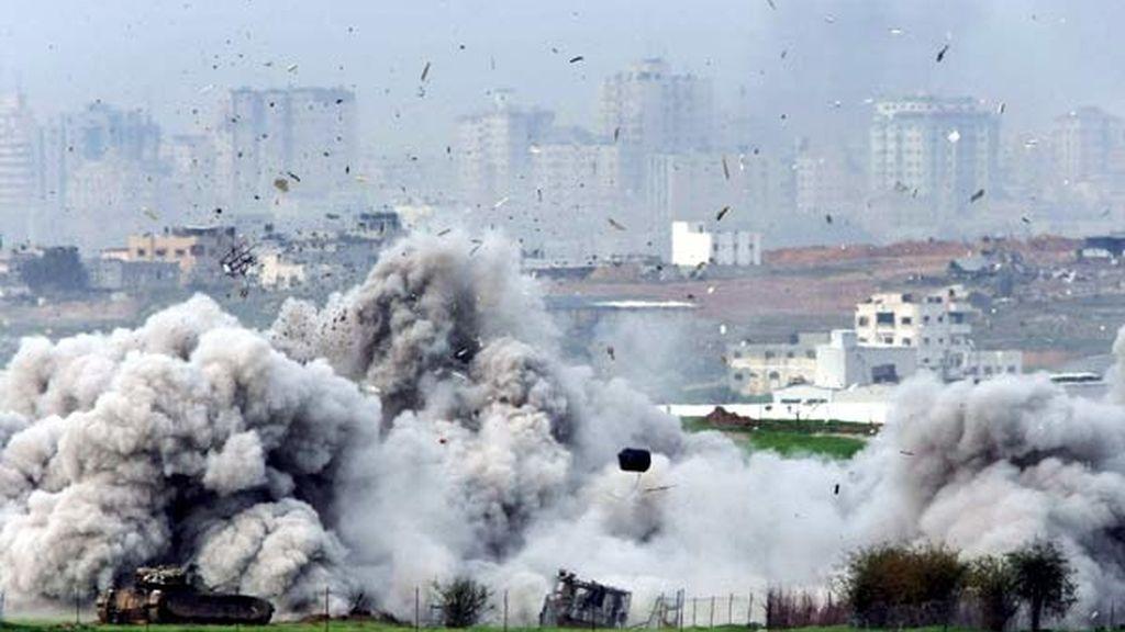 Momento en el que el ejército israelí demuele una casa palestina en la franja de Gaza. Foto: EFE