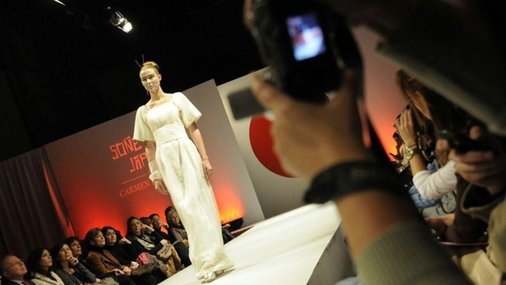 Marisa Paredes mira trajes de novia