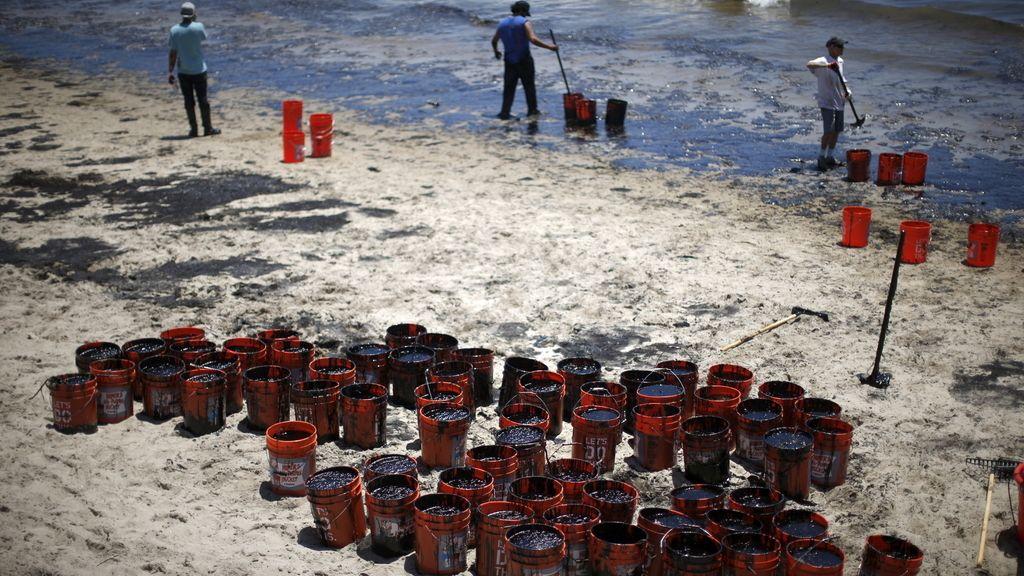 El vertido de crudo afecta a más de 14 kilómetros de la costa de Santa Bárbara