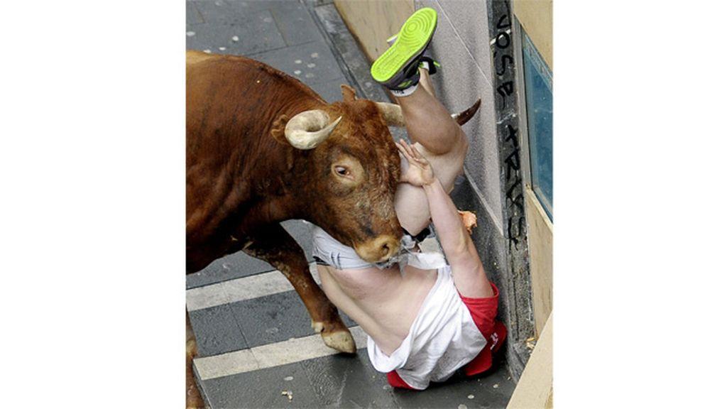 El toro de Miura deja dos espeluznantes cogidas