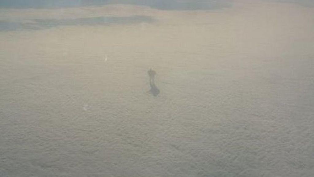 Un robot anda entre las nubes