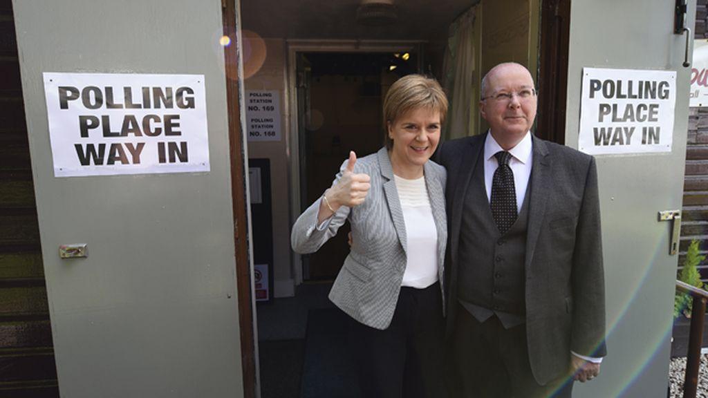 La primera ministra escocesa, Nicola Sturgeon y su esposo votan en el referéndum