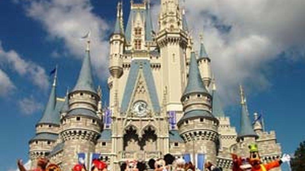 Trabajadores, disfrazados de los personajes de la firma Disney, invitan al recinto en una imagen promocional.