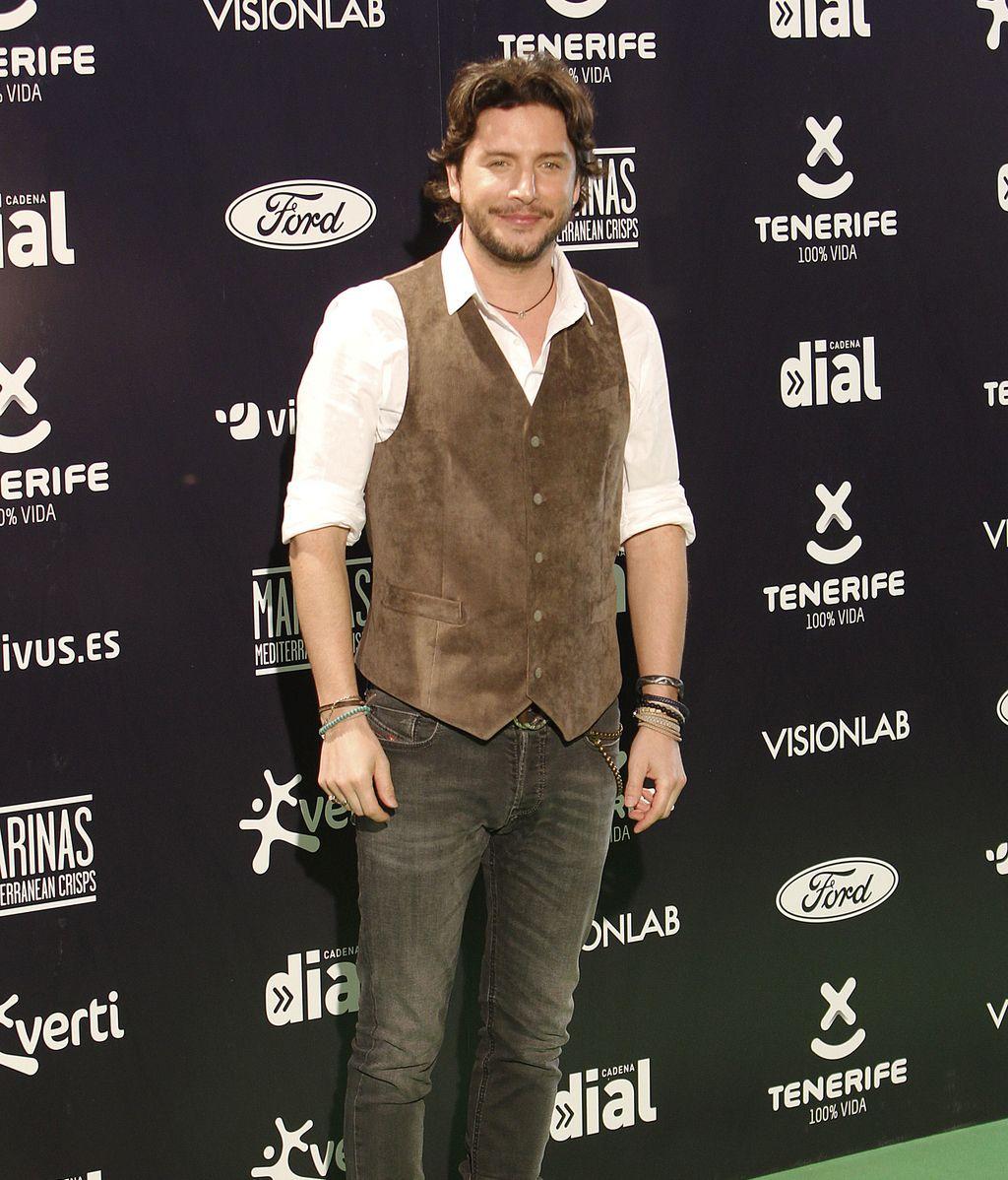 Manuel Carrasco eligió chaleco marrón y camisa blanca