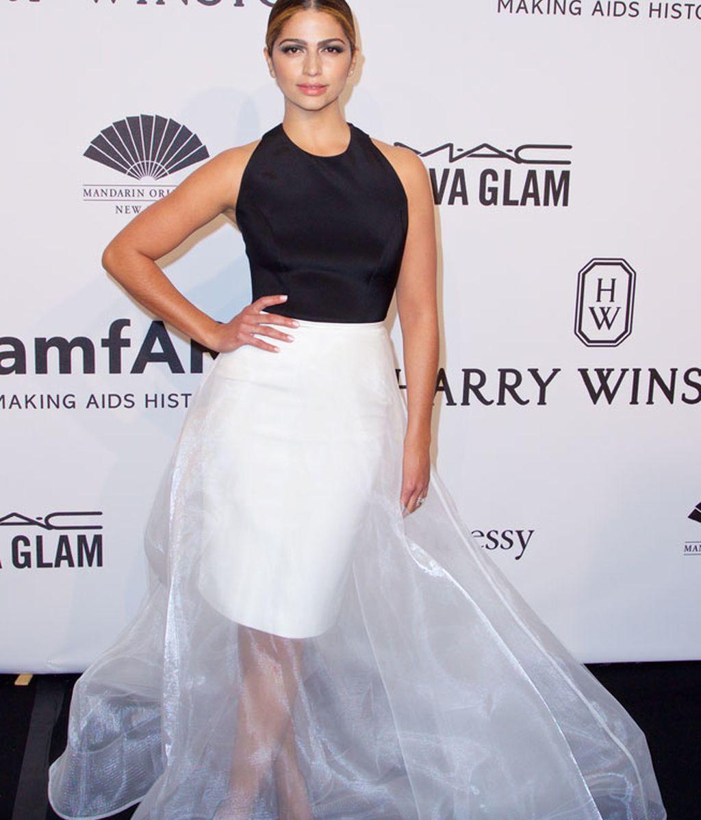 Camila Alves eligió un 'black&white' de lo más vaporoso