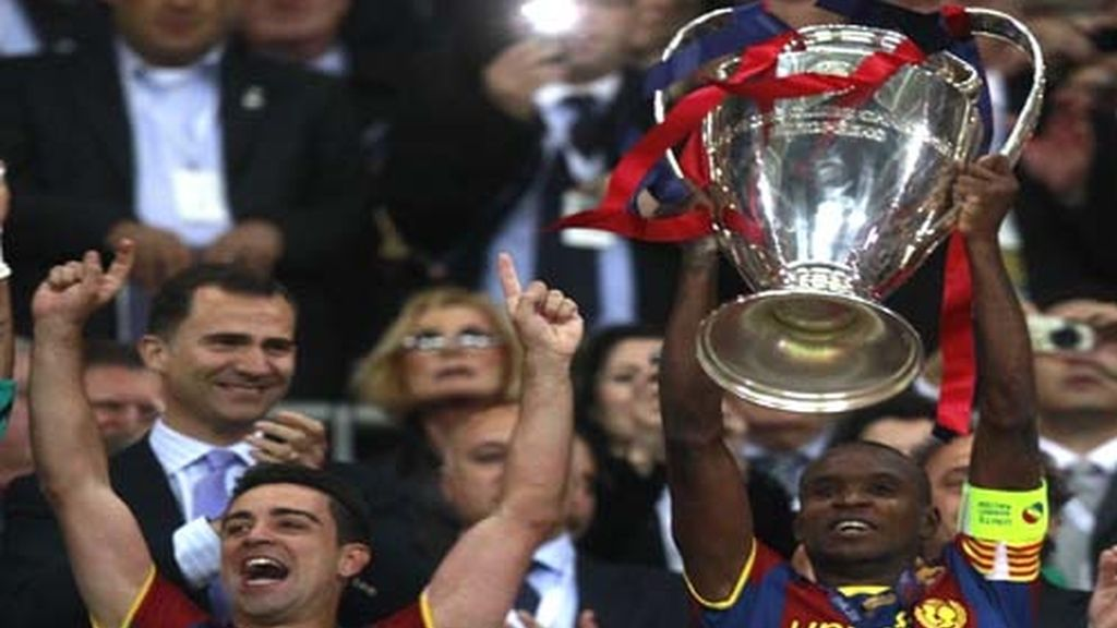 Abidal y Xavi, con la Copa