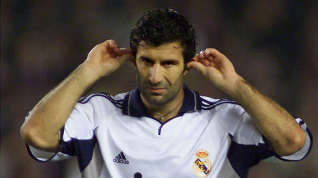 Figo es abucheado por la afición del Barcelona que le acusa de traidor (2000)