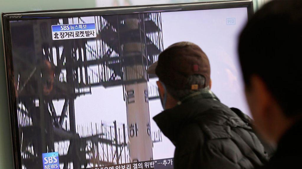 La televisión retrasmite el lanzamiento del misil de Corea del Norte
