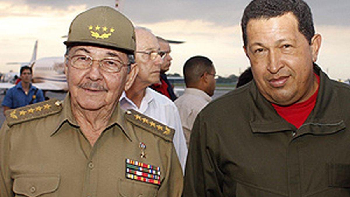 Raúl Castro recibe a Chávez en La Habana. Foto: EFE