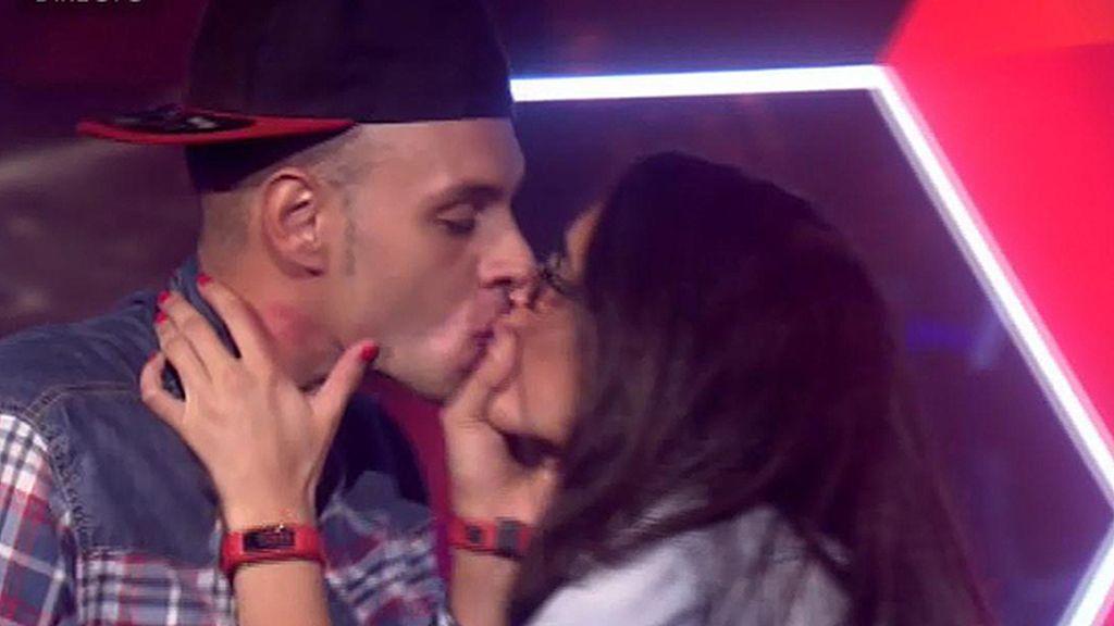 La despedida de Omar y Lucía, beso a beso