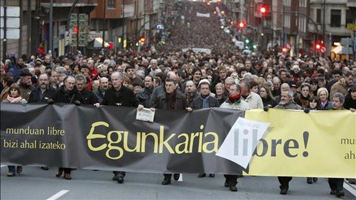Vista general de la manifestación que hoy ha tenido lugar por las calles de Bilbao en favor del diario en euskera Egunkaria, cerrado en 2003 por la presunta integración en ETA de cinco de sus directivos y que ahora juzga la Audiencia Nacional. EFE