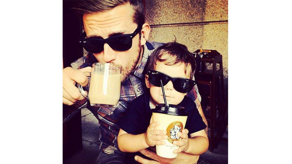 La cuenta @menandcoffee recoge fotos de chicos guapos con cafés